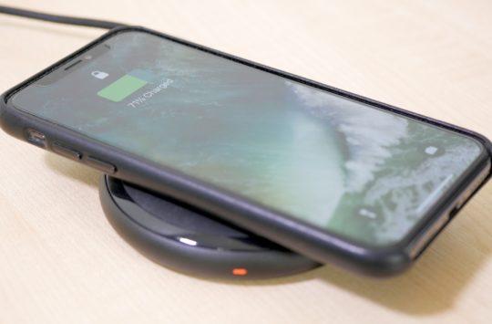 iPhone posé sur une station de charge sans fil Qi